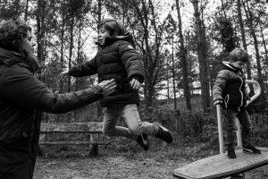 Jongens op springplank