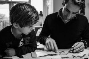 Vader en zoon maken technisch lego