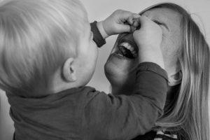 Zoon zit aan neus moeder-1